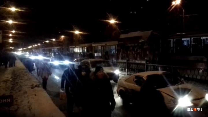 На Уралмаше из-за столкновения двух иномарок выстроилась очередь из трамваев