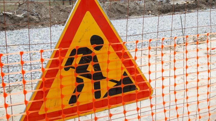 «Раскопали и бросили»: перекопанную дорогу в Дзержинском районе Волгограда прячут за ограждениями