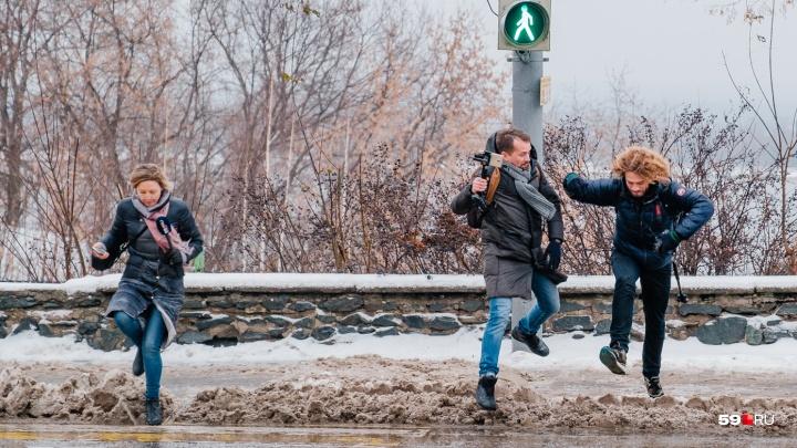 «Пешеход идет по этим улицам и страдает». Как Илья Варламов гулял по центру Перми