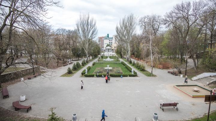 В парке Горького у ростовчанки украли кошелек с банковскими картами и сняли 80 тысяч рублей
