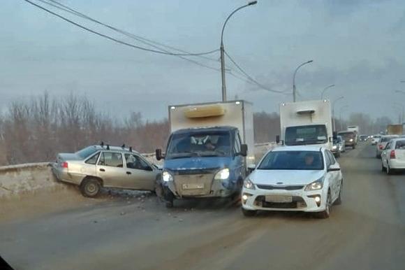 Daewoo Nexia влетел во встречную «Газель» на Винаповском мосту