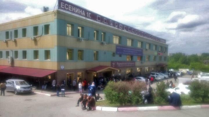 Из миграционного центра на Есенина вывели посетителей