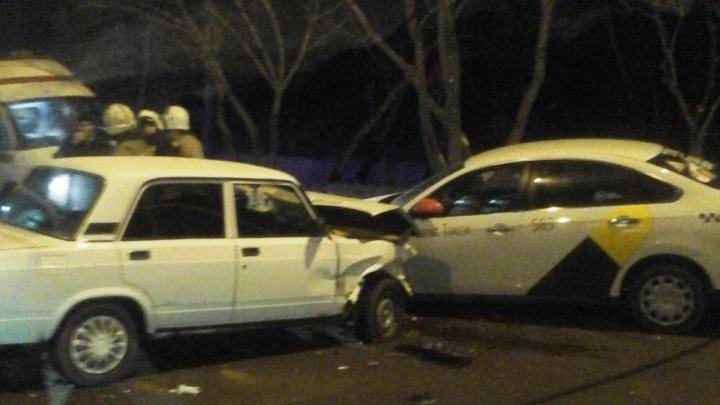 В Омске ВАЗ врезался в такси после столкновения с внедорожником