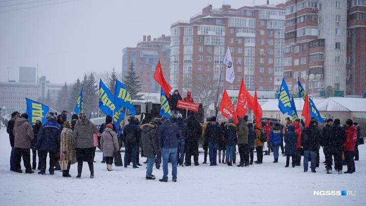 «Повышению оплаты за проезд — стоп!»: на митинг у СКК пришли полсотни омичей
