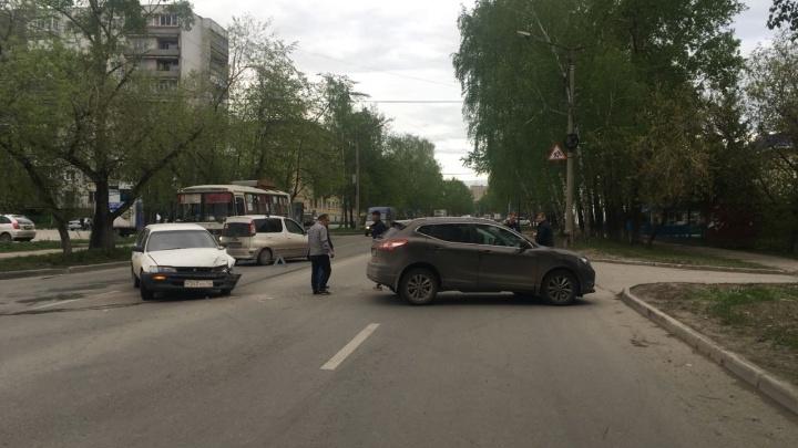 «Ниссан» не пропустил «Тойоту» и столкнулся с ней в Калининском районе