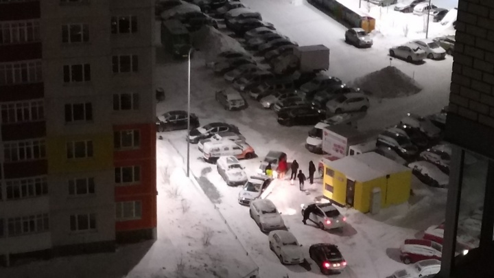 «Бродил по парковке, заглядывал под машины»: ночью с поличным на Кремлёвской повязали закладчика