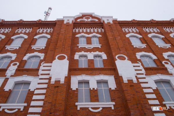 Фигурки, изображенные на фасаде, похожи на космонавтов