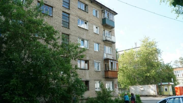 Жильцы дома в Перми, где с балкона упал человек: «У нас течет крыша, в стенах — дыры»