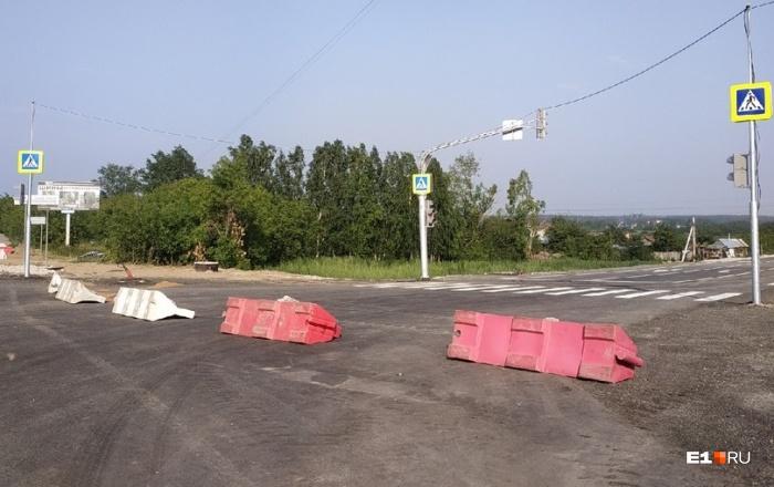Новая дорога пока перекрыта блоками, но светофоры уже работают и замедляют поток