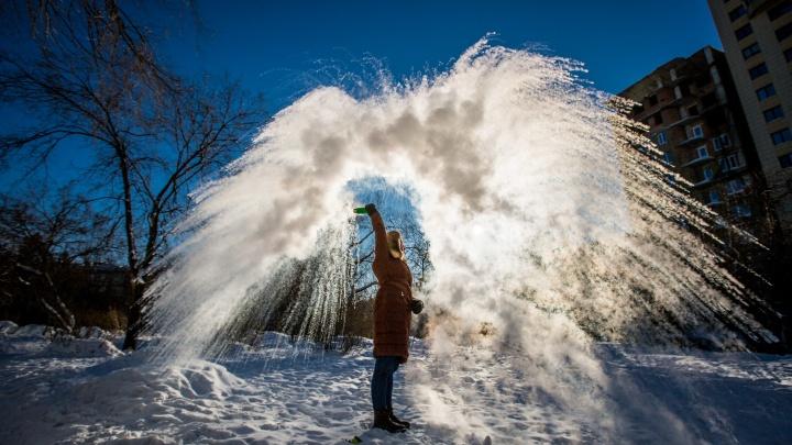#дубакчеллендж: новосибирцы присоединились к флешмобу с ледяными брызгами кипятка на морозе