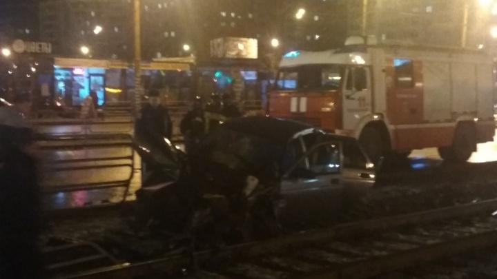 В Челябинске автомобиль ВАЗ вылетел на трамвайные пути