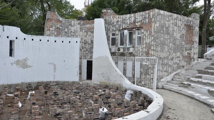 Буковые сиденья и мрамор: театр в парке имени Вити Черевичкина сделают осенью