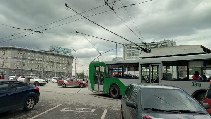 Обесточенный троллейбус устроил пробку на площади Калинина