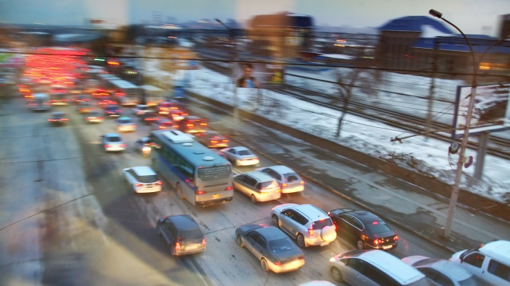Сломанный автомобиль собрал пробку на Ватутина