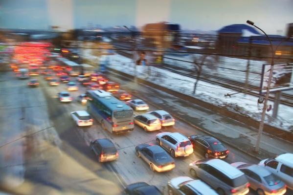 Затор растянулся между улицей Немировича-Данченко и развязкой Бугринского моста. Фото из архива НГС