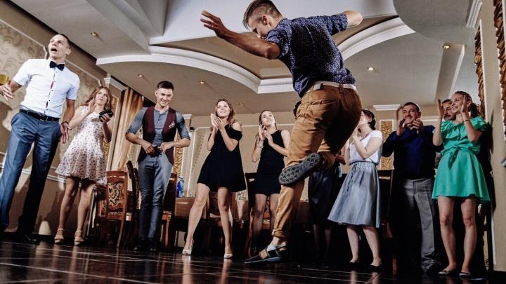 Омский танцор записал ролик в Советском парке и выиграл пять тысяч от известного видеоблогера
