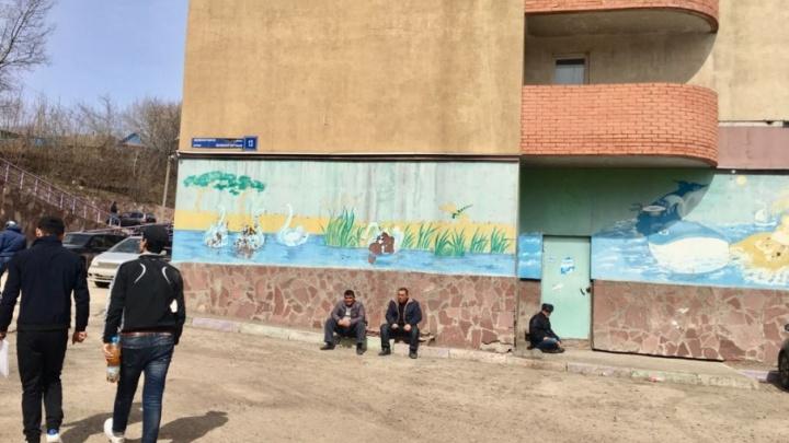 «Торгуют чебуреками и пьют под окном»: в Уфе спальный район атаковали мигранты