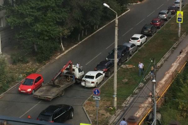 Эвакуатор зацепил сразу четыре автомобиля
