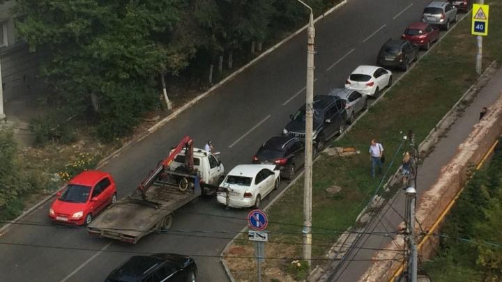 «Пошла цепная реакция»: в Самаре водитель эвакуатора повредил сразу четыре автомобиля