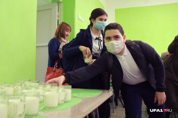 Дети в школе в масках