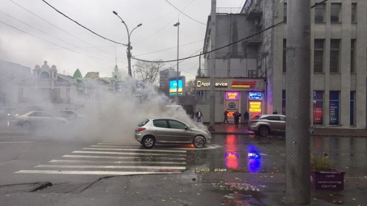 В центре Новосибирска сгорела иномарка: на месте работали пожарные