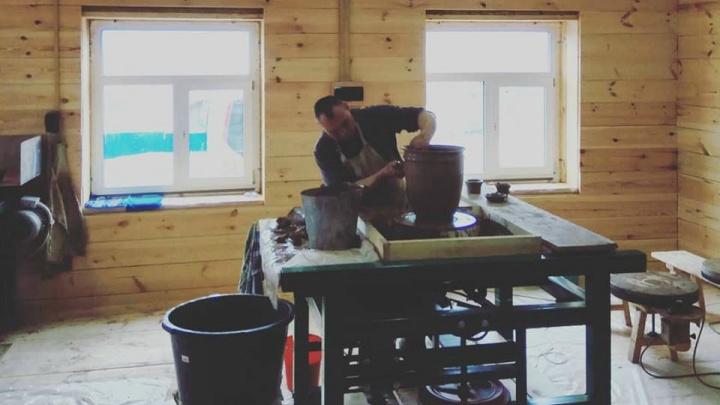 «Светлее и просторнее прежней»: сгоревшая под Невьянском гончарная мастерская открылась для туристов