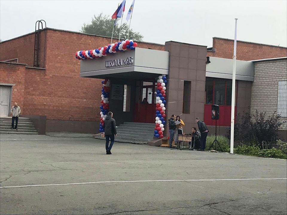 Вход в 95-ю школу к празднику украсили воздушными шарами