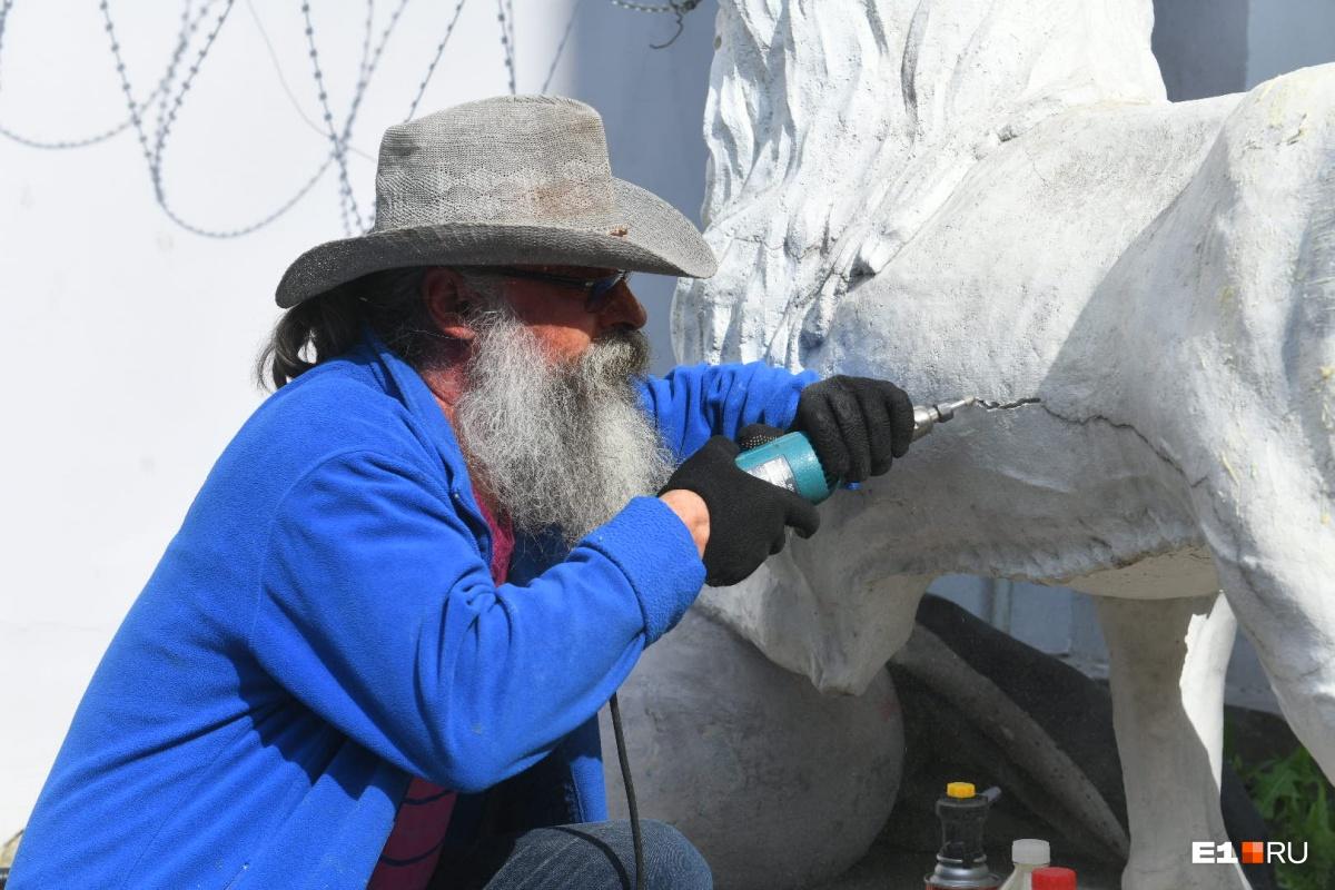 Реставраторы уберут со скульптур трещины и снимут слои старой краски