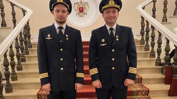 Владимир Путин наградил экипаж, посадивший самолет в кукурузном поле, медалями Героев России