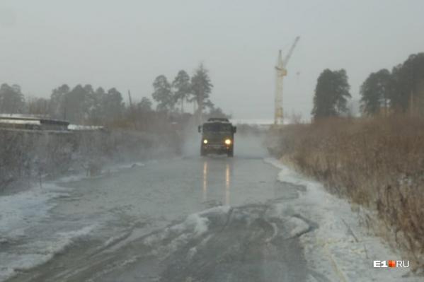 Из-за ледяной каши проехать по Дорожной оказалось тяжело даже грузовикам