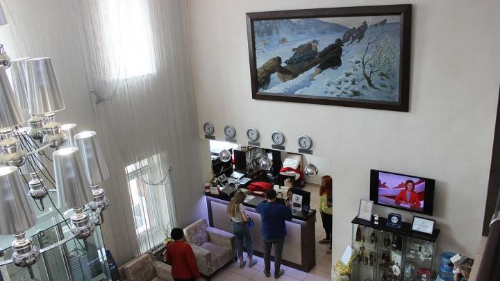 В холле новосибирской гостиницы повесили найденную картину за 3 миллиона