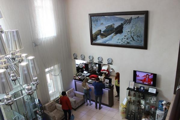 Картина «Партизанская пушка» разместилась в холле отеля Abnicum над ресепшеном
