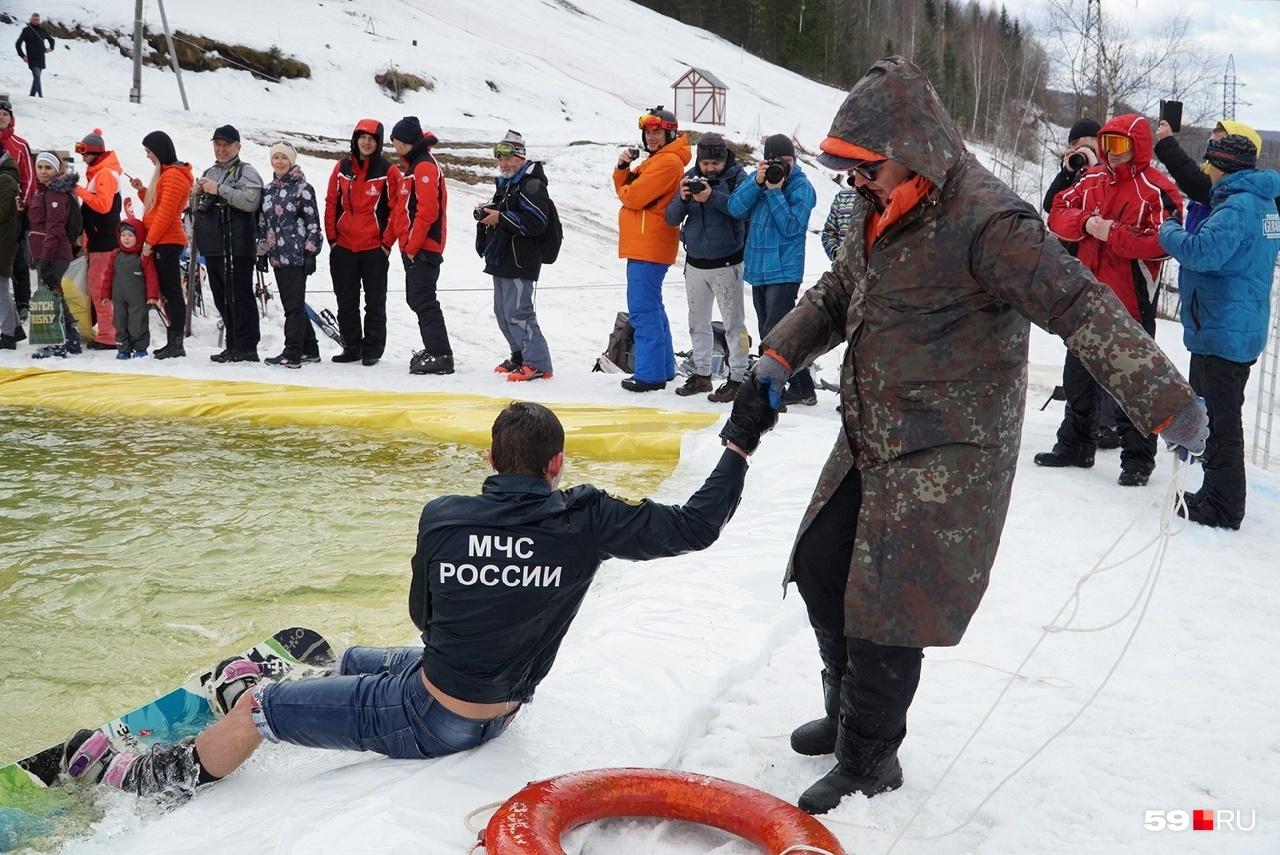 Молодой человек в костюме МЧС, как выяснилось, любит прыгать в бассейн нырком