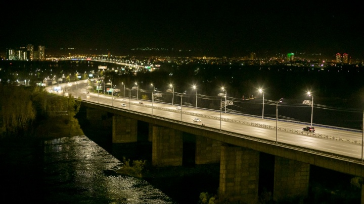 «Въезд на елку обошелся в 1500 рублей»: сотни водителей получили штрафы за стояние в пробке на мосту