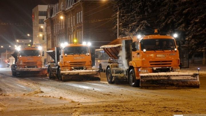 Коммунальщики в новогоднюю ночь вычистили дороги от снега и льда