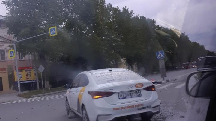 Дорожный знак на Титова упал из-за аварии с такси