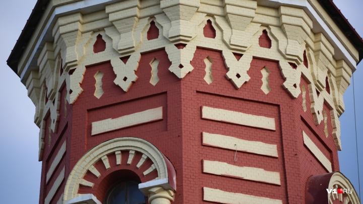 «Царицынской кладки не увидеть»: знаменитую каланчу в центре Волгограда покрасили по архивным фото