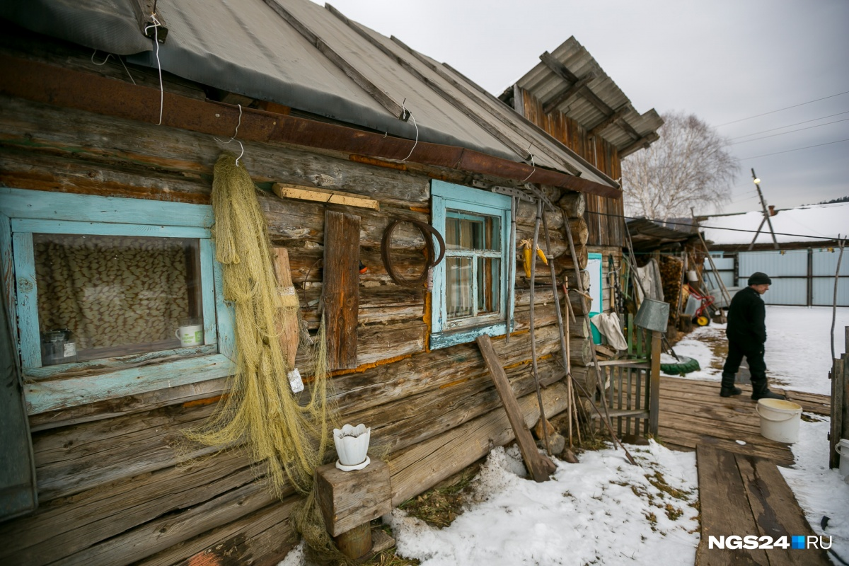 Это дом охотника и рыбака Сергея. Он живёт здесь с женой