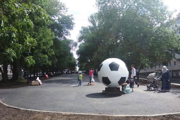 Огромный мяч разместили неподалеку от стадиона «Нефтяник»
