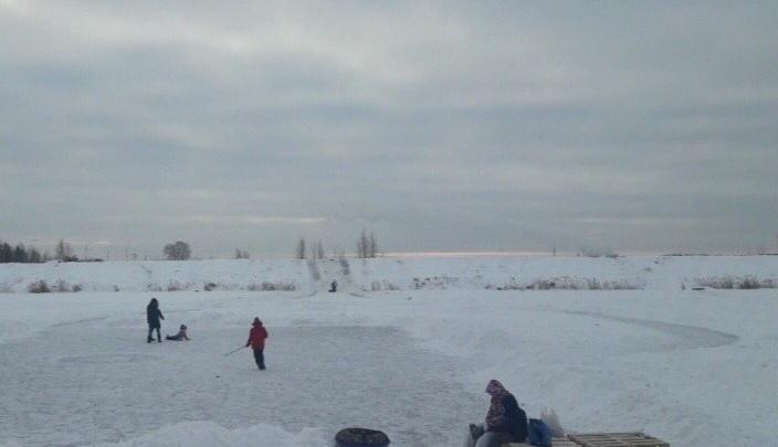 В Тюмени ищут мужчину, который за капюшон вытащил провалившегося под лёд ребенка на Лесобазе