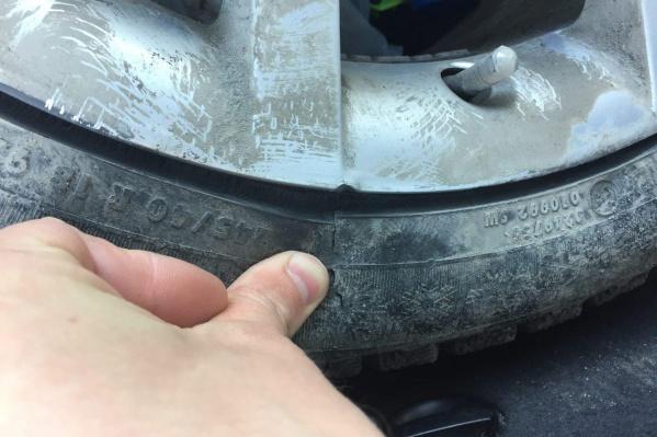 Из-за ямы в луже Эдуард Ляхов пробил на улице Котовского два колеса