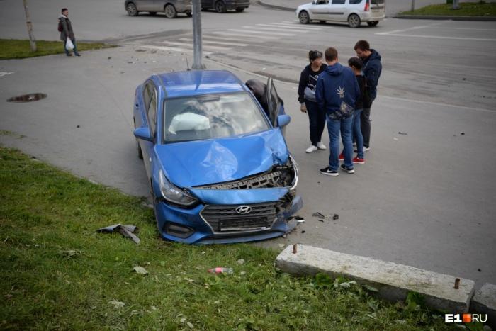 На Шварца машину вынесло на тротуар после столкновения