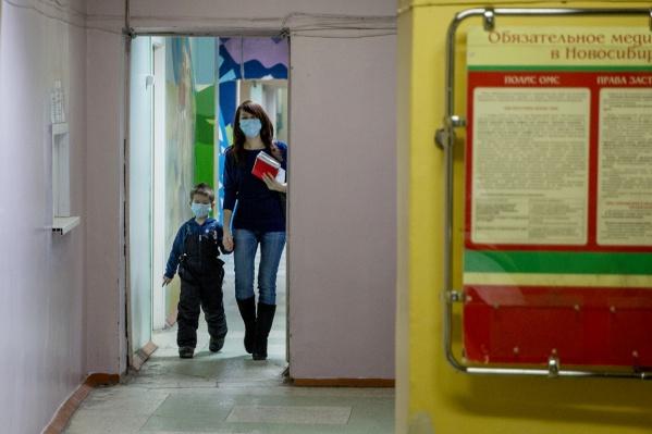 Очередь к педиатру по детским садам растянулась на весь коридор поликлиники