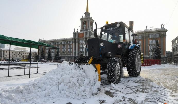 Чистят к праздникам: в мэрии рассказали, сколько тонн снега в день вывозят из Екатеринбурга