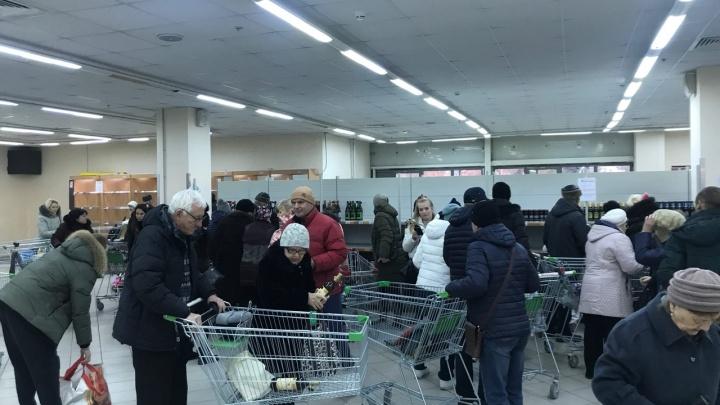 Сотни волгоградцев взяли с утра штурмом супермаркет ради скидок на алкоголь