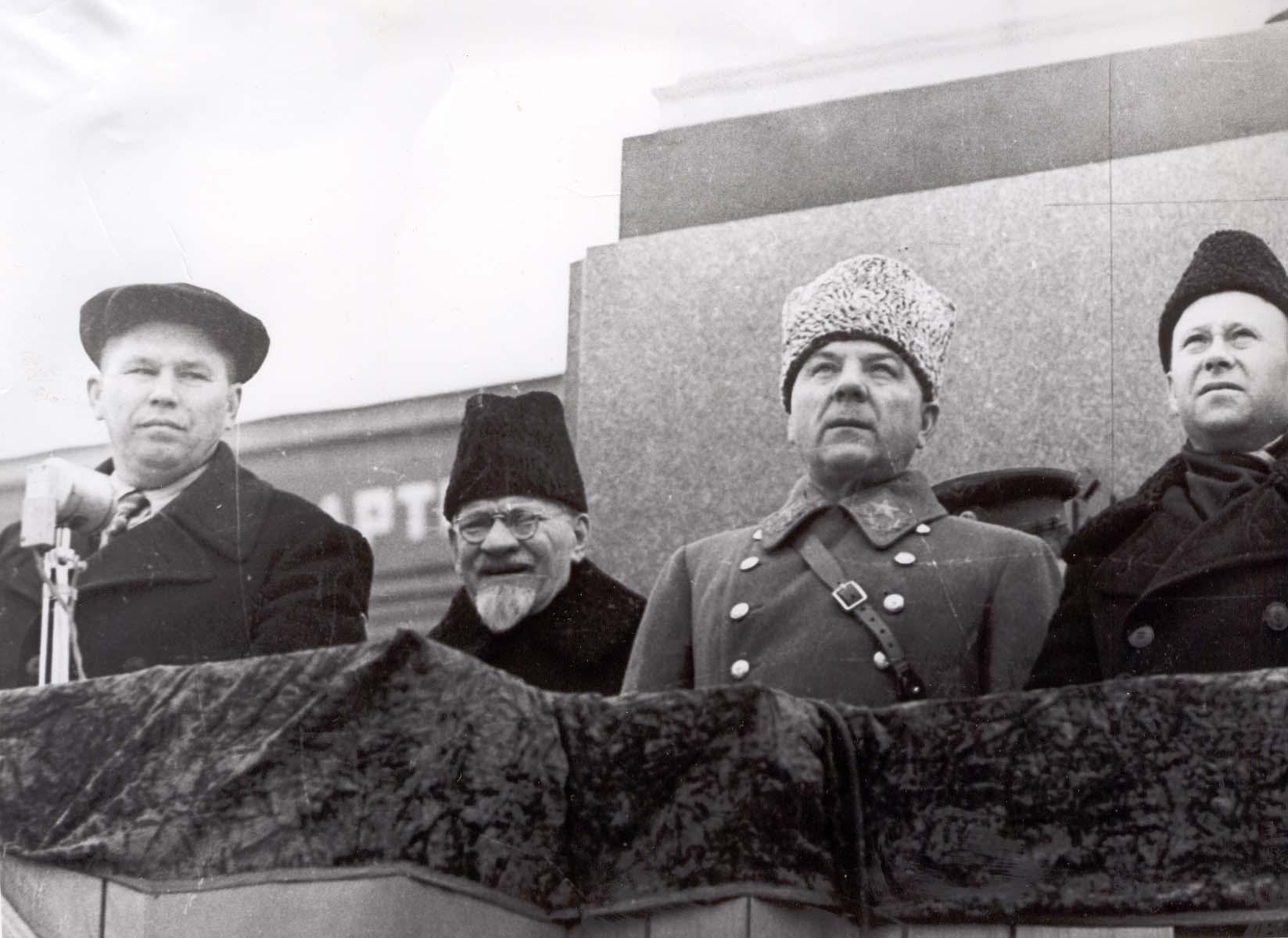 Председатель президиума Верховного Совета СССР Михаил Калинин и Климент Ворошилов (в центре) наблюдают за шествием на площади