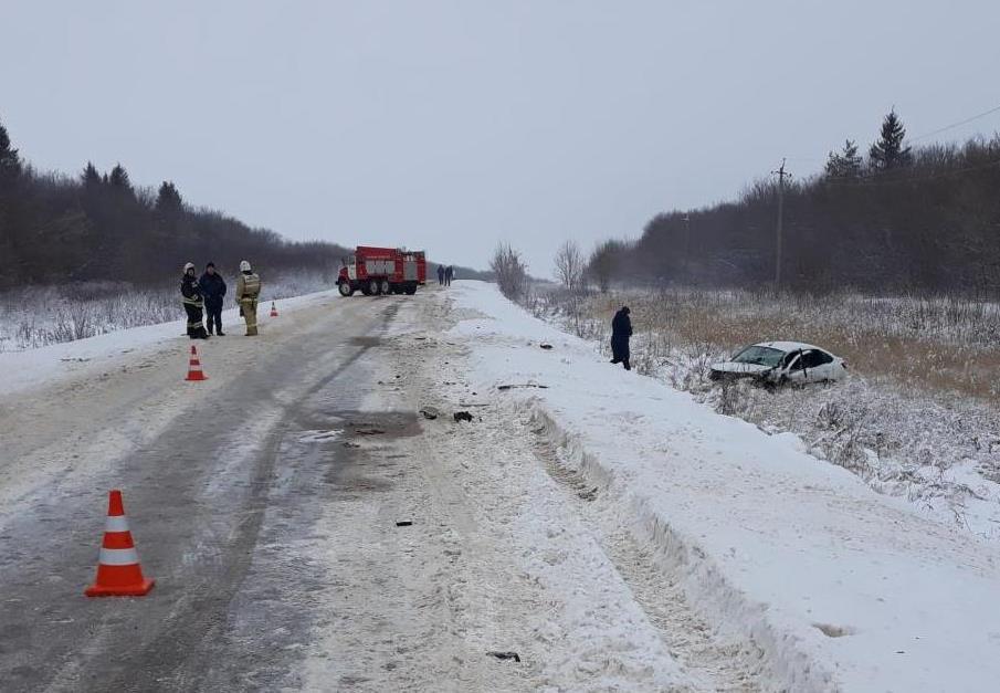 На снежной дороге машины заносит