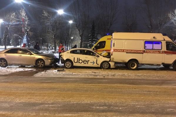 На Станиславского собрался небольшой паровозик из машин, в числе которых оказалась и скорая помощь