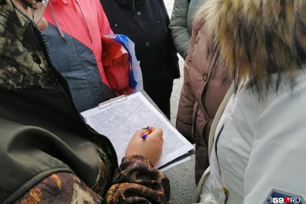 Перед началом поисковой операции волонтеры распределяют участки