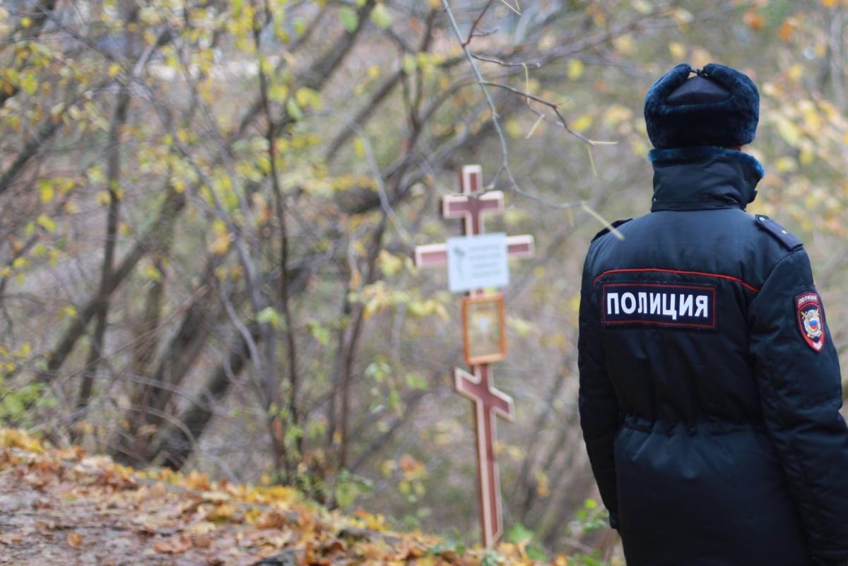 Активистов задержали, но крест сохранили